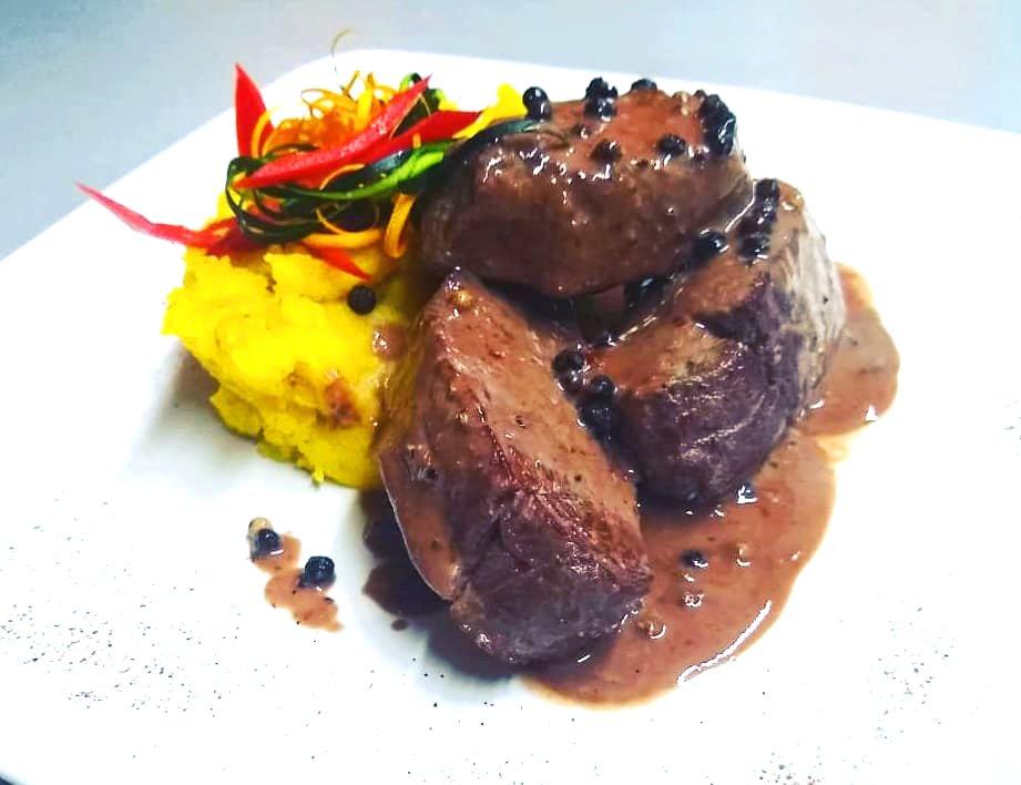 la-canoa-café-cultural-santa-marta-comida-steak-a-la-pimienta